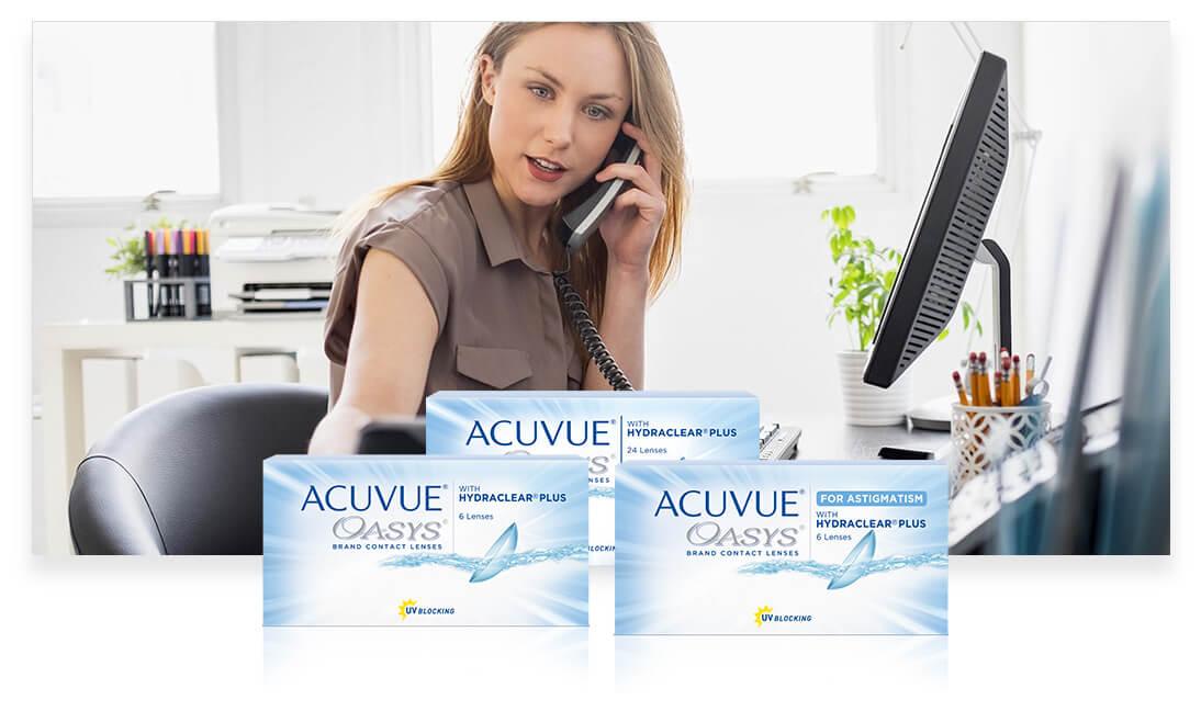 Una mujer en su consultorio, ocupada y hablando por teléfono