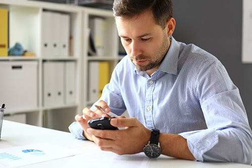 Hombre escribiendo en PC